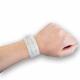 Medicinsk armband med insats på handleden.