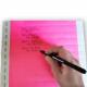 Skriv med en kulspetspenna på färgade pappersband